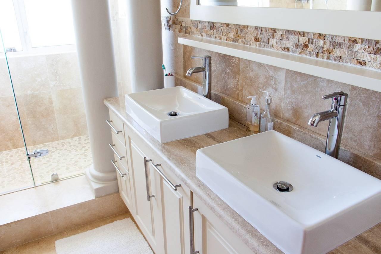 Doubles vasques dans une salle de bain