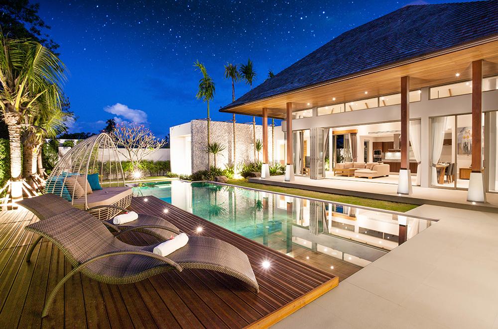 Spots LED sur terrasse bois avec piscine