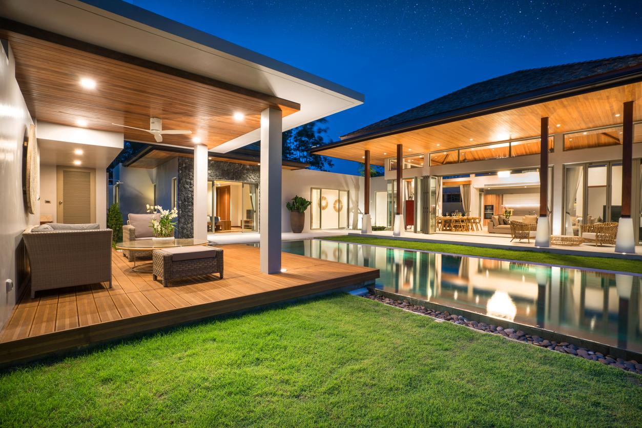Terrasse sur plot moderne au bord de la piscine