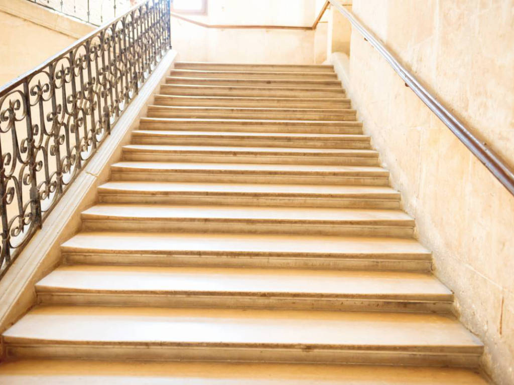 Rénovation de la cage d'escalier d'immeuble : quand et comment la faire ?