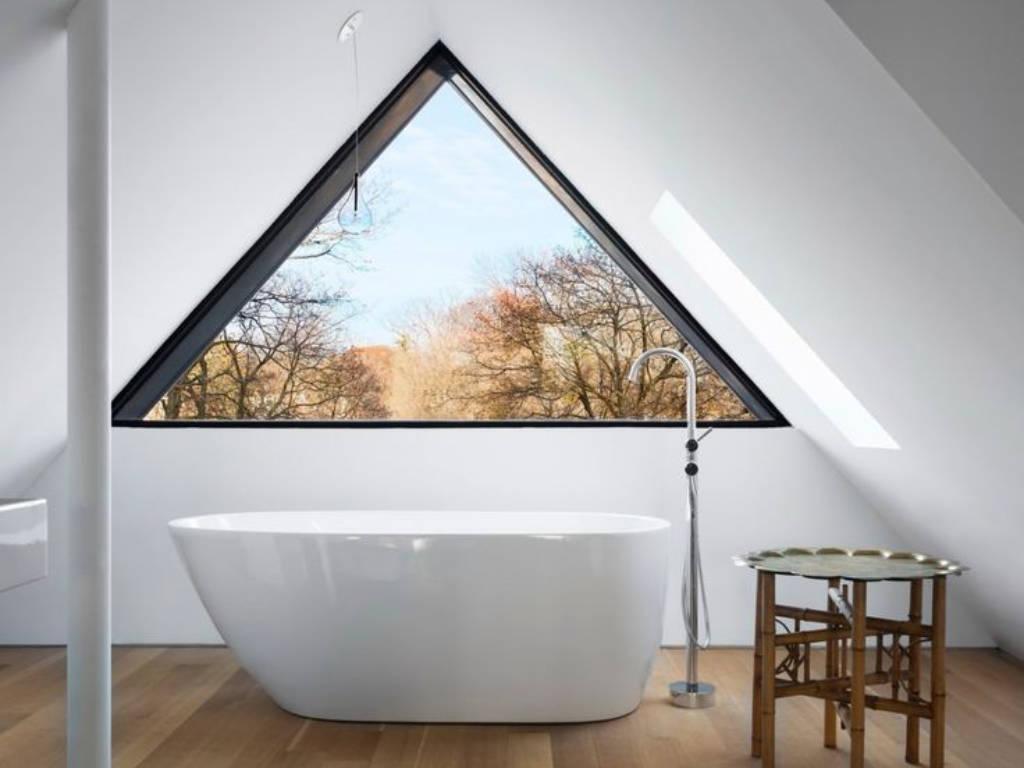 La fenêtre triangulaire amène une plus value esthétique à l'espace aménagé dans les combles