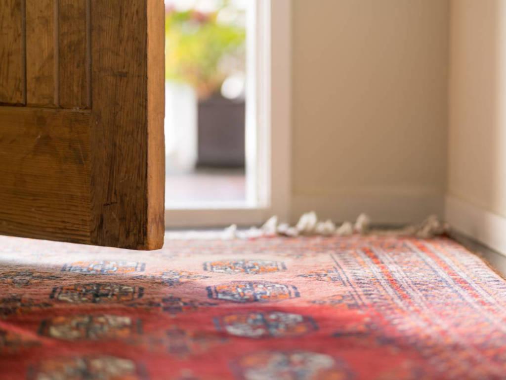 Un huissier a-t-il le droit d'entrer dans un logement en l'absence de l'occupant ?