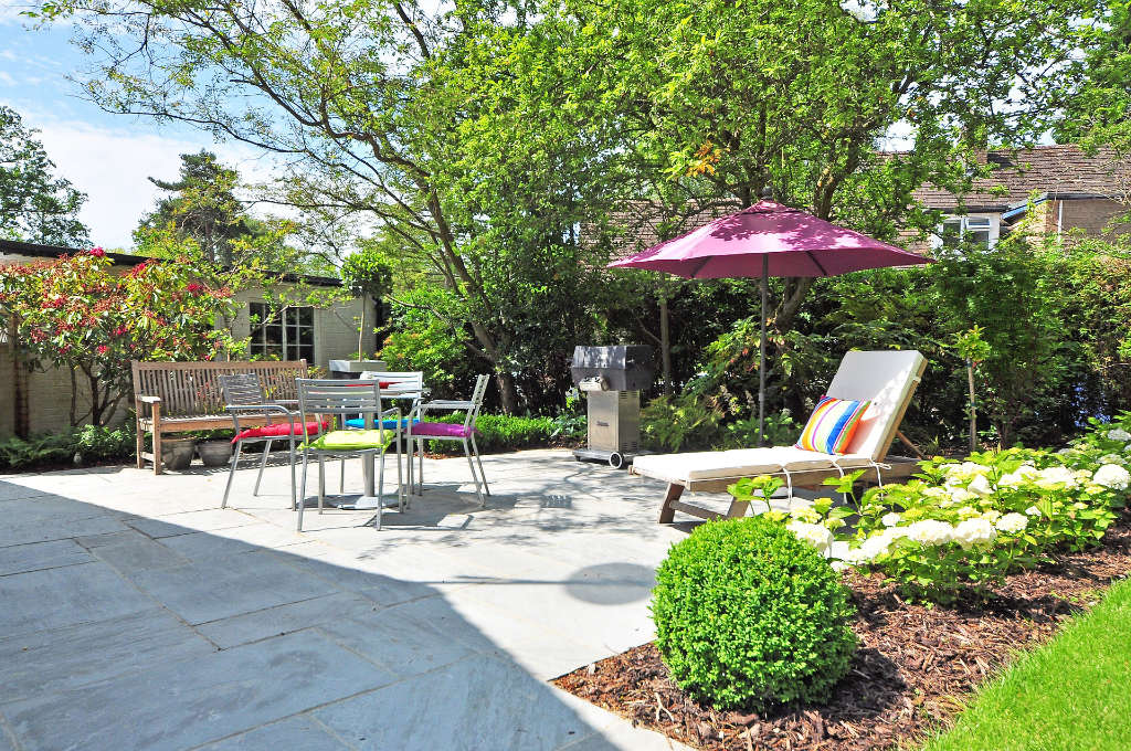 Aménagement d'un coin terrasse dans un jardin