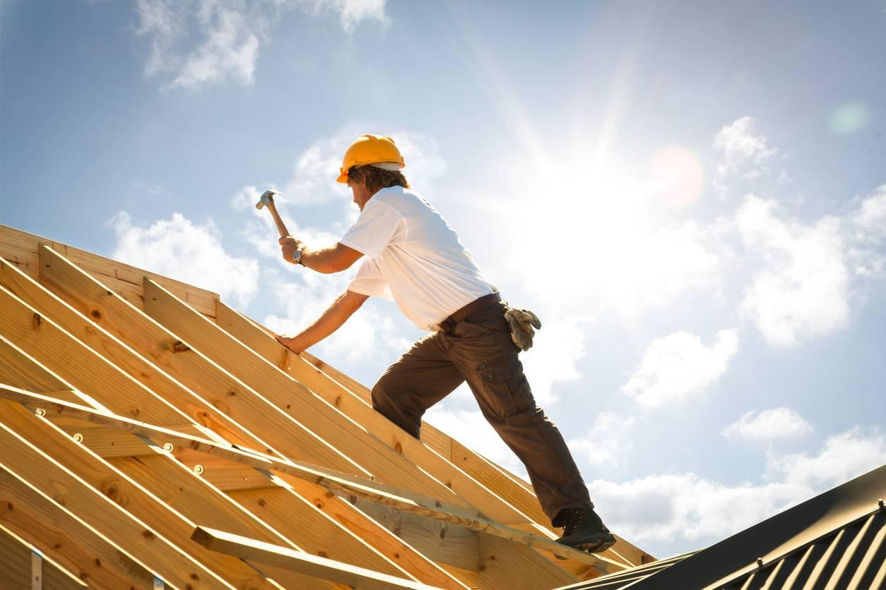 Ouvrier sur charpente de toiture