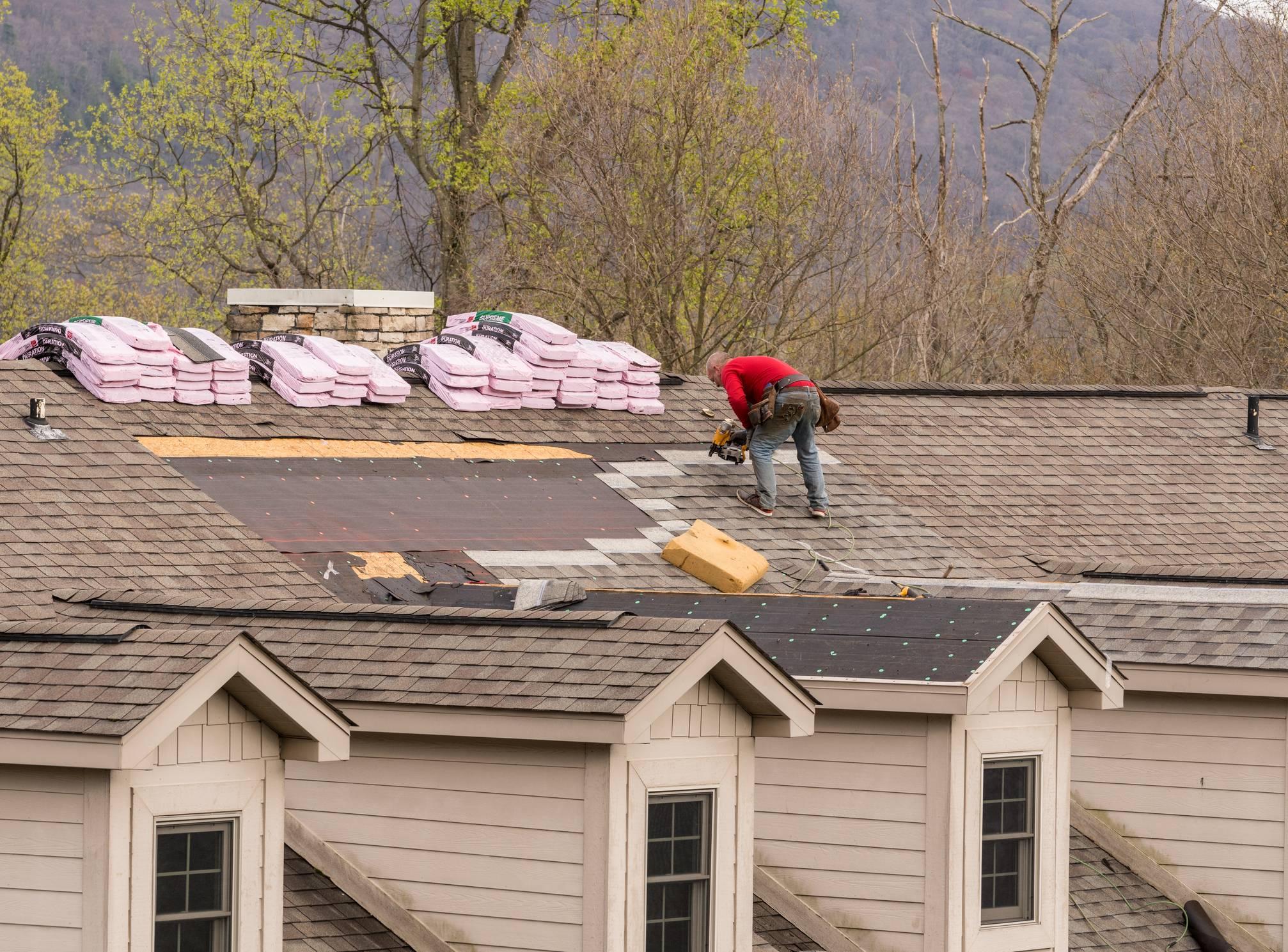 Pose de tuiles sur toiture