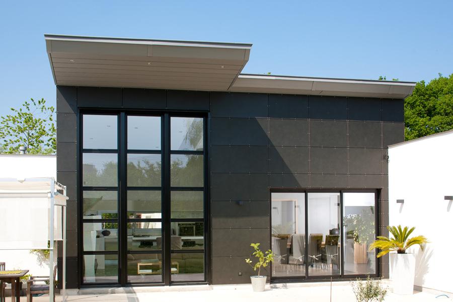 Chassis composé sur façade maison moderne