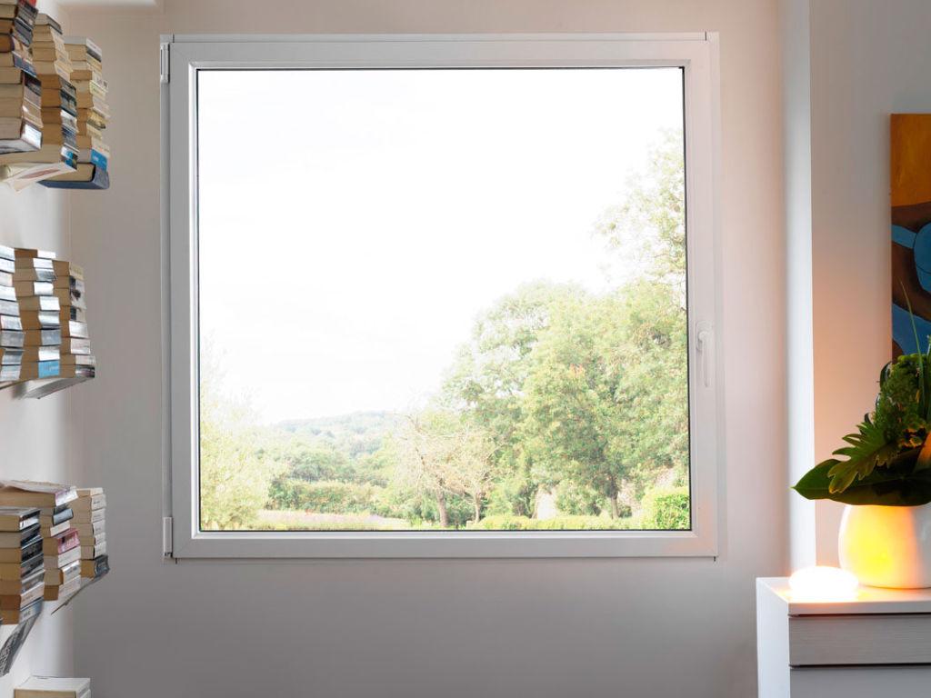 La fenêtre aluminium est remarquable par la finesse de ses montants qui laisse entrer un maximum de lumière