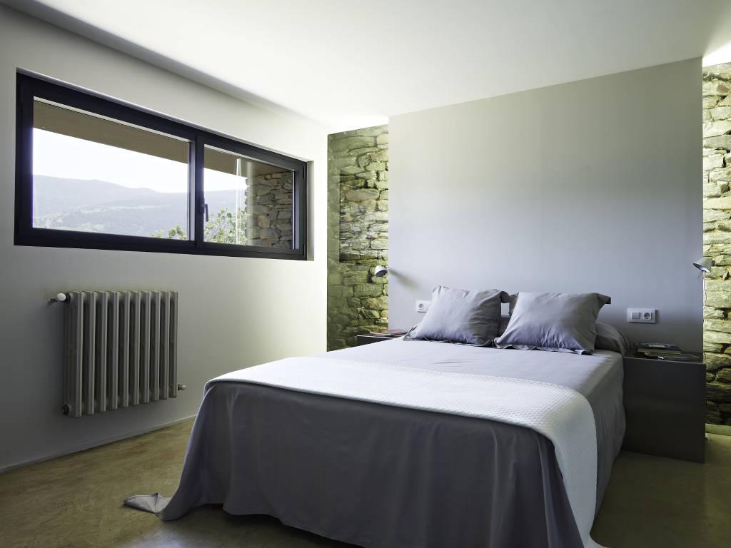 Fenêtre battante 2 vantaux au format très allongé, dans une chambre