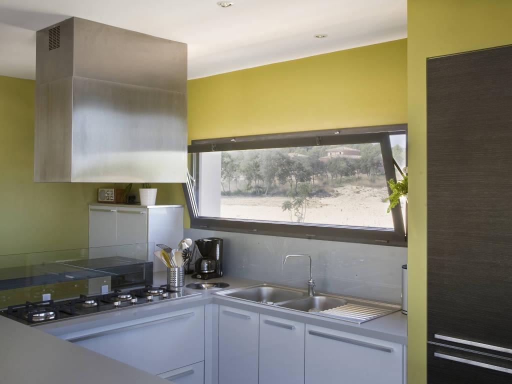 Fenêtre à soufflet dans une cuisine, au dessus de l'évier