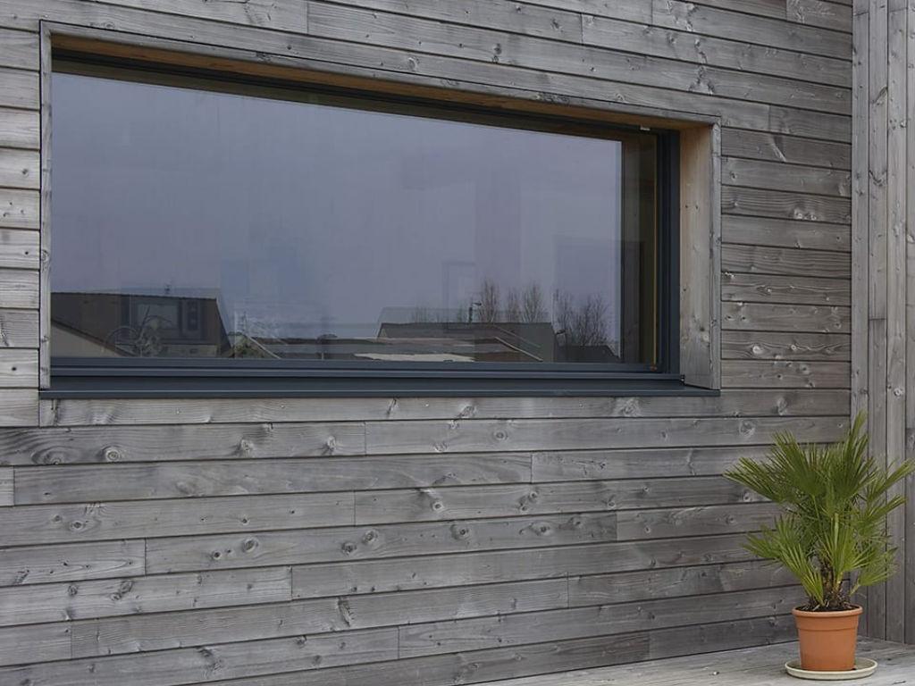 fenêtre alu gris anthracite sur maison à ossature bois