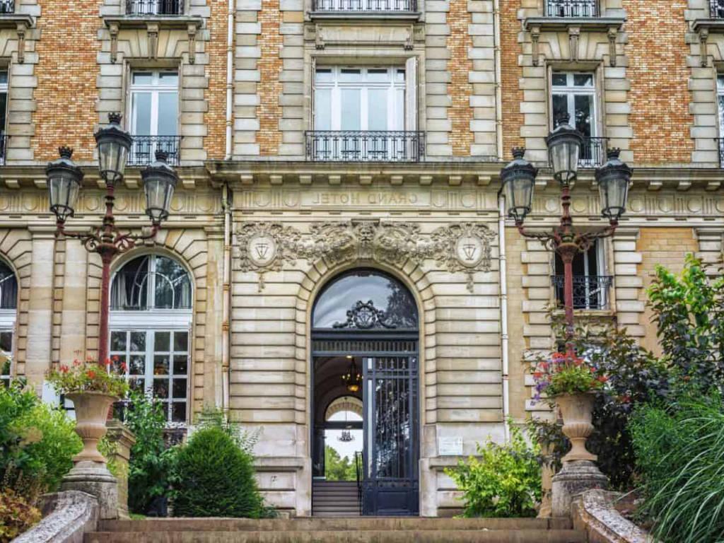 Fenêtre bâtiment de France : qu'avez-vous le droit d'installer ?