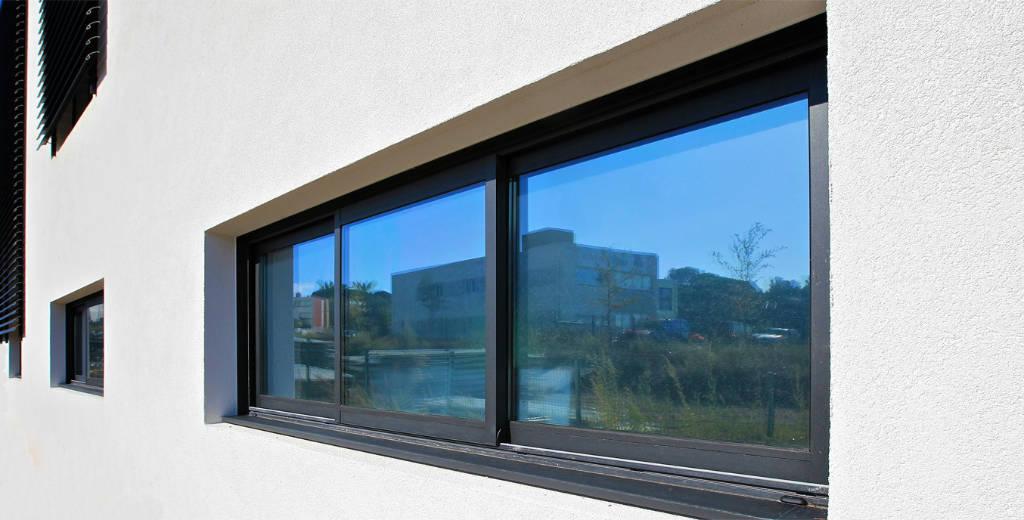 Fenêtre coulissante 3 vantaux sur maison moderne