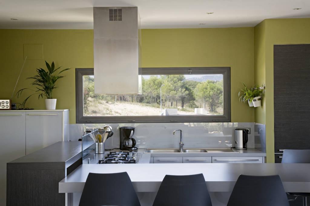 Fenêtre à soufflet dans une cuisine moderne