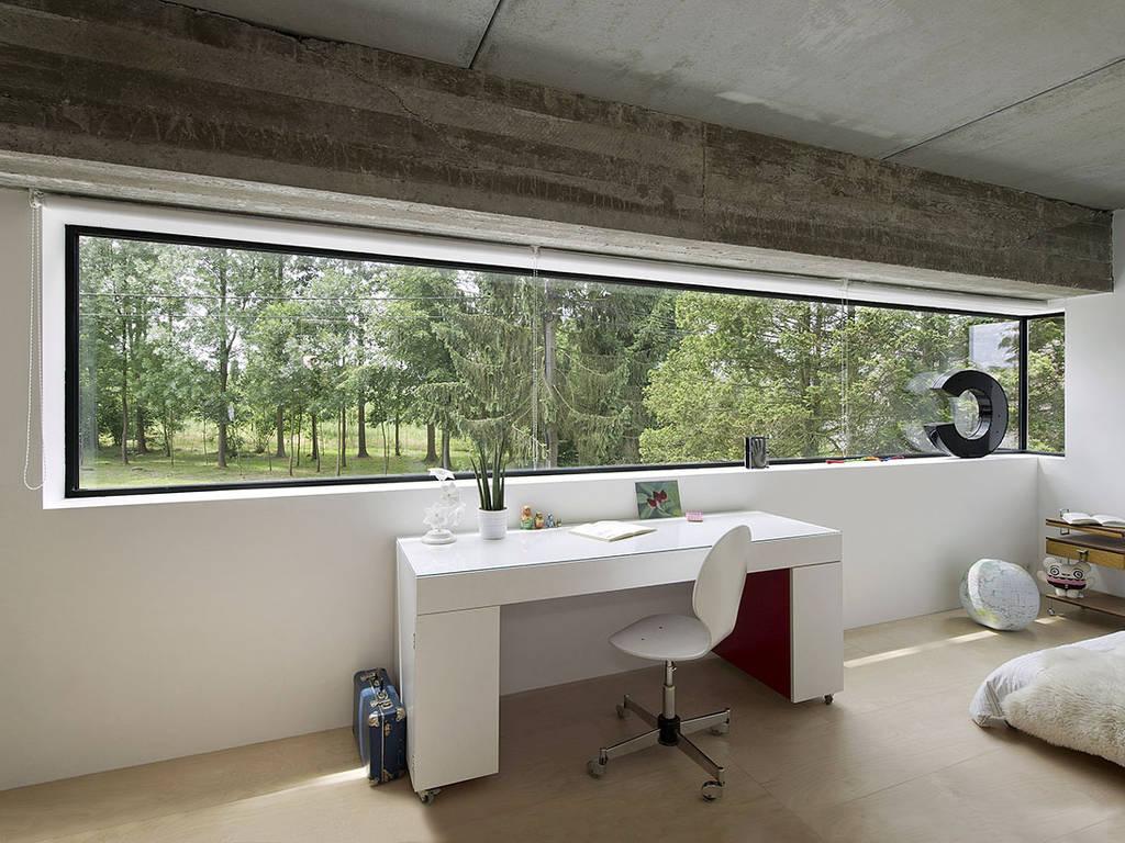 Fenêtre panoramique dans une chambre