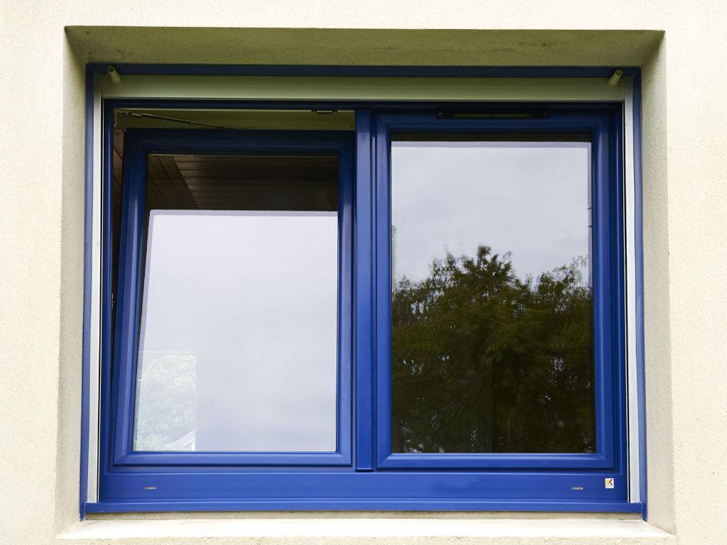 Fenêtre PVC de couleur bleu