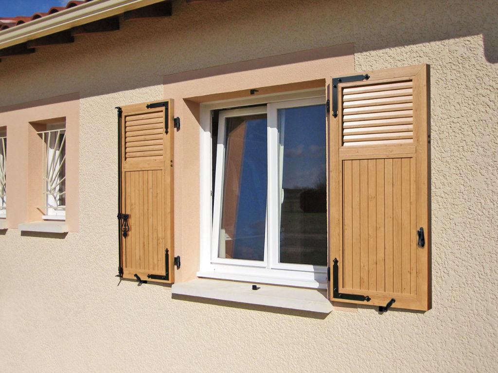 La fenêtre PVC s'intègre aussi bien sur les maisons aciennes que les maisons contemporaines