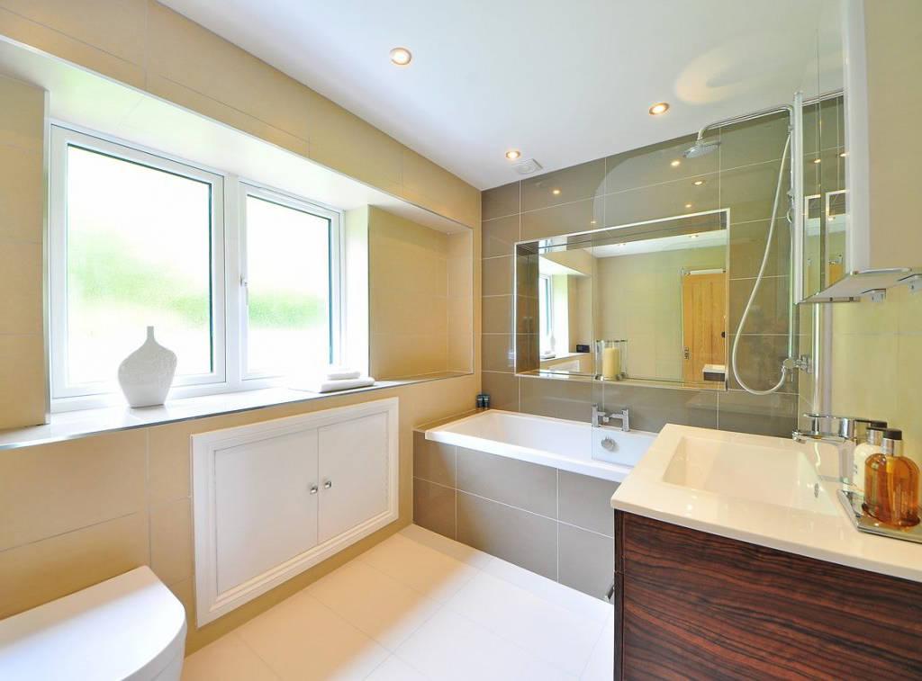 Fenêtre salle de bain : quel type d'ouverture choisir ?