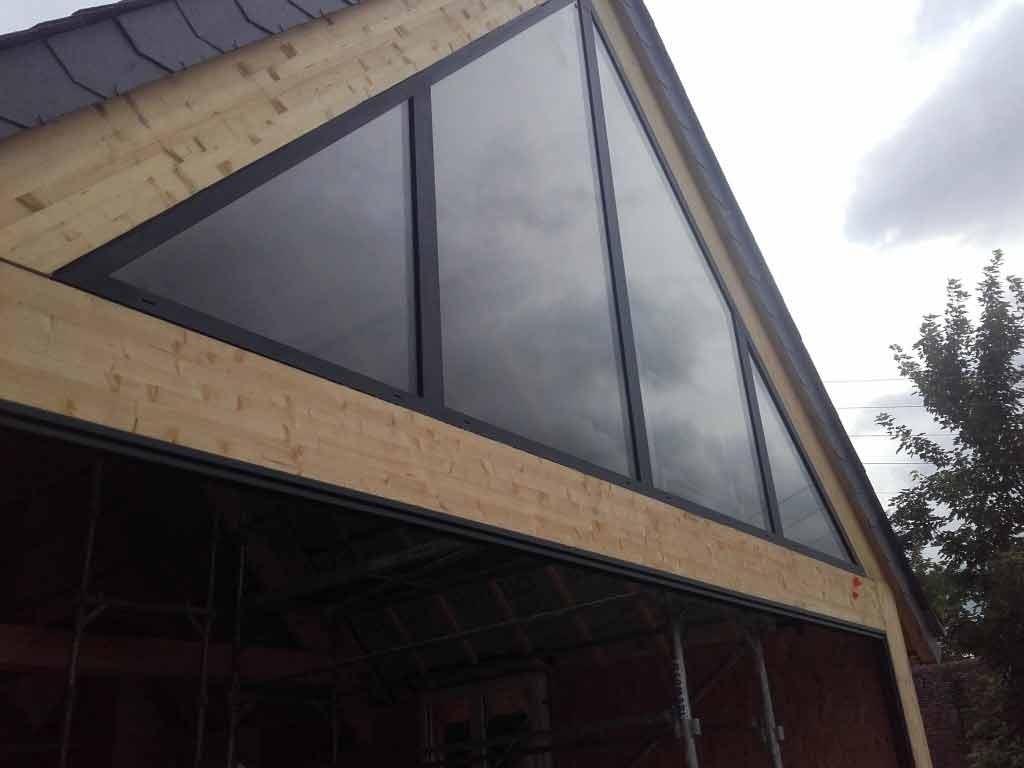 Fenêtre triangulaire, à installer d'urgence sur un pignon
