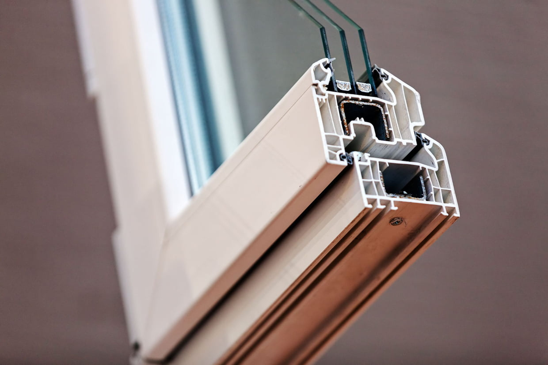 Détail du châssis d'une fenêtre avec triple vitrage