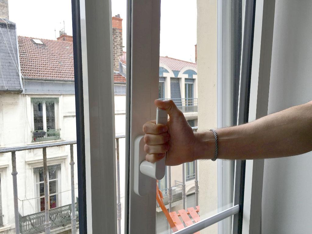 La fenêtre oscillo-battante peut s'entrebailler sur le haut